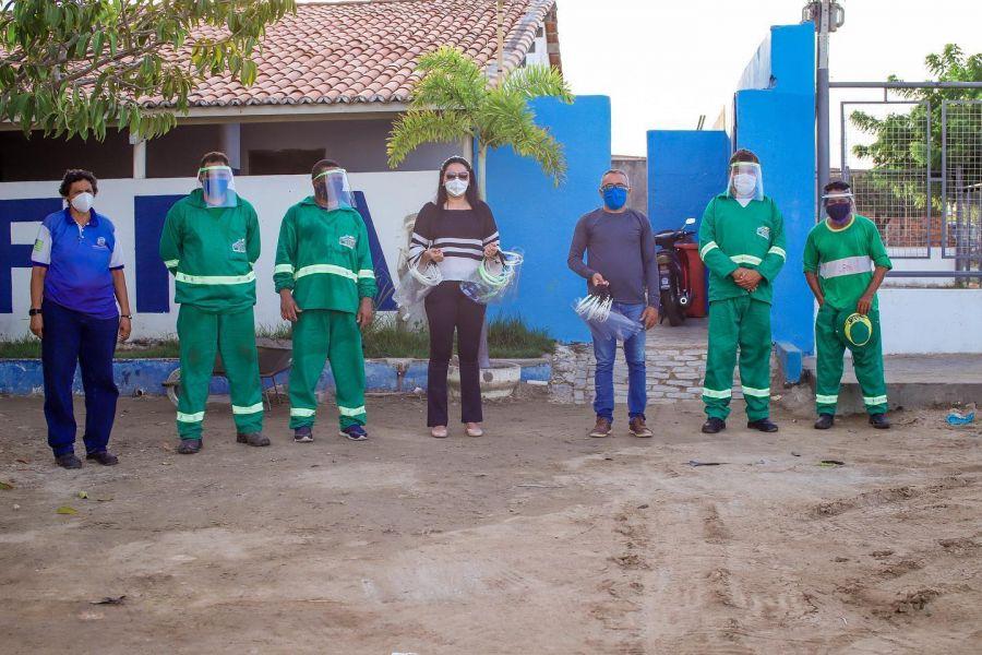 Distribuição de equipamentos de proteção para os funcionários responsáveis pela limpeza pública