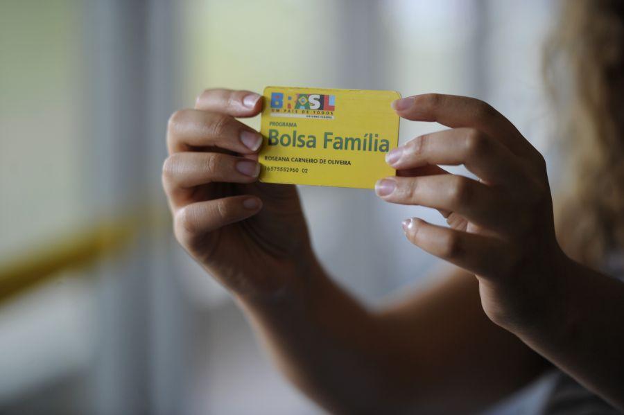 Beneficiários do Bolsa Família começam a receber auxílio de R$ 300 nesta quinta